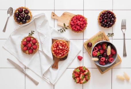 Photo culinaire de tartelettes aux fruits rouges dans une cuisine de carrelage blanc