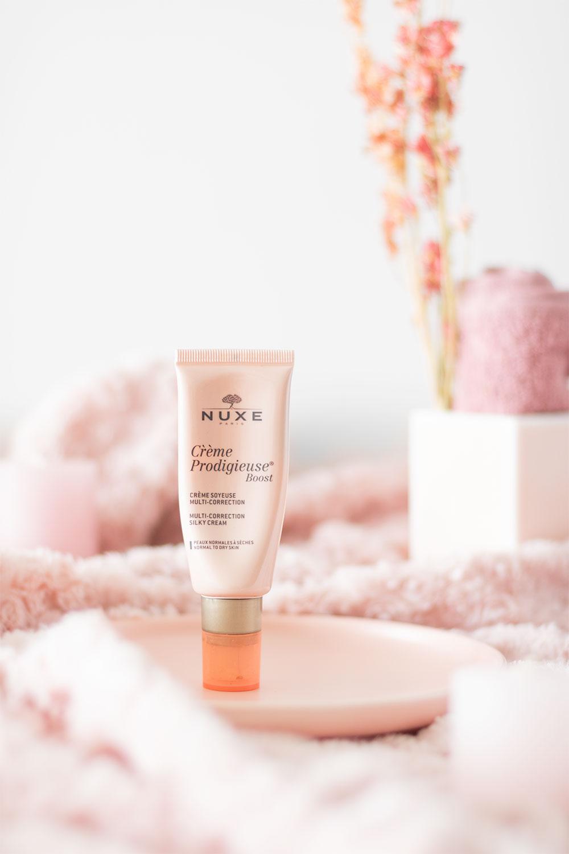 La crème prodigieuse de Nuxe dans un décor cocooning rose