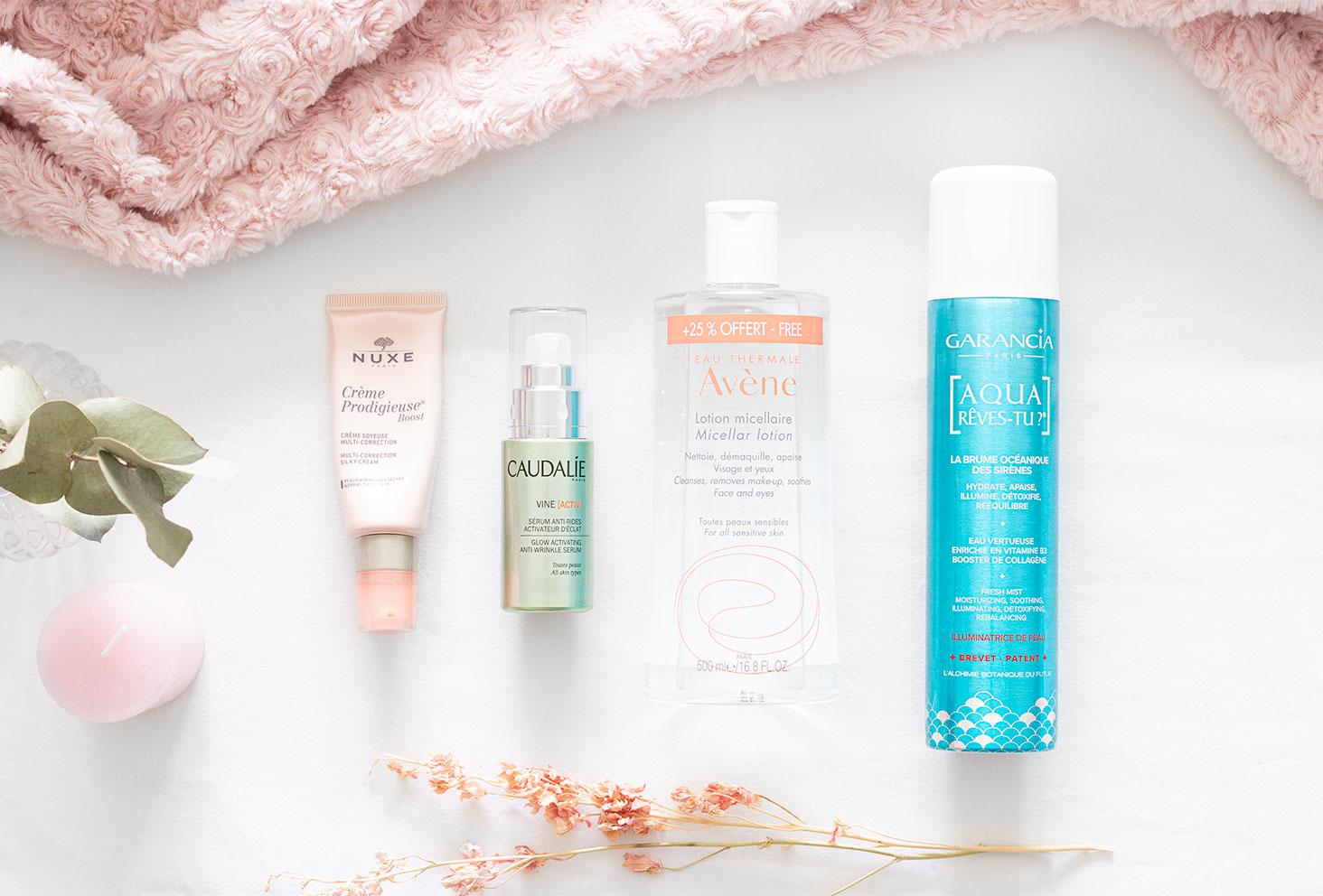 Zoom sur les produits de la routine beauté pour peaux mixtes à grasses dans une photo produit en flatlay