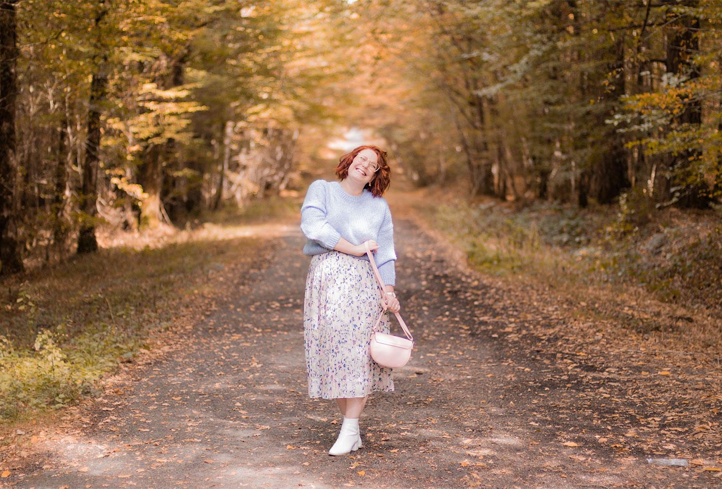 Dans la forêt en total look pastel, jupe longue et pull en laine, au milieu des couleurs de l'automne