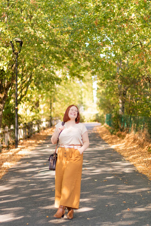 Look marron pour l'automne, dans une rue automnale de Montlouis, avec le sourire et une main dans la poche du pantalon