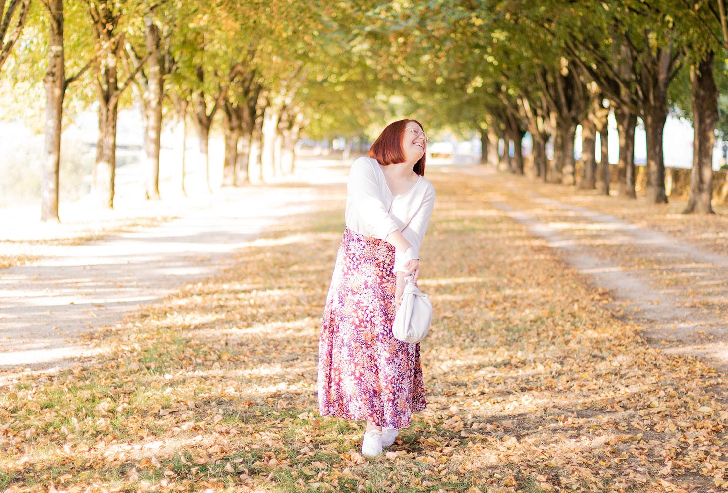 Un look de rentrée en jupe longue rose et pull blanc, sur les bords de Loire boisés de Blois