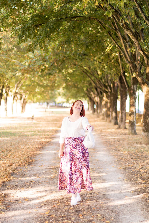 Jupe longue fleurie et pull blanc, avec le sourire, sur les bords de la Loire à Blois