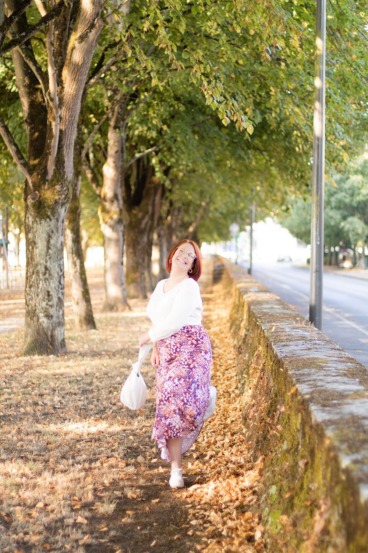 Sur le bord de la Loire et de la route, en jupe longue rose, en train de courir avec le sourire
