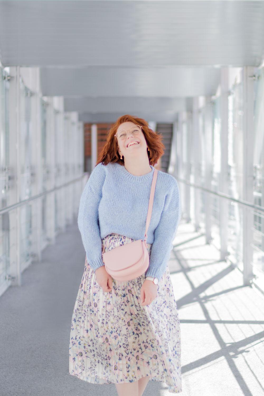 En total look pastel rose et bleu, jupe et pull en laine, à la gare de Poitiers avec le sourire