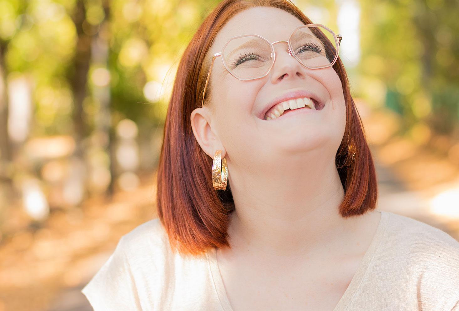 Portrait avec le sourire et zoom sur les créoles dorées portées dans le look de rentrée 2020