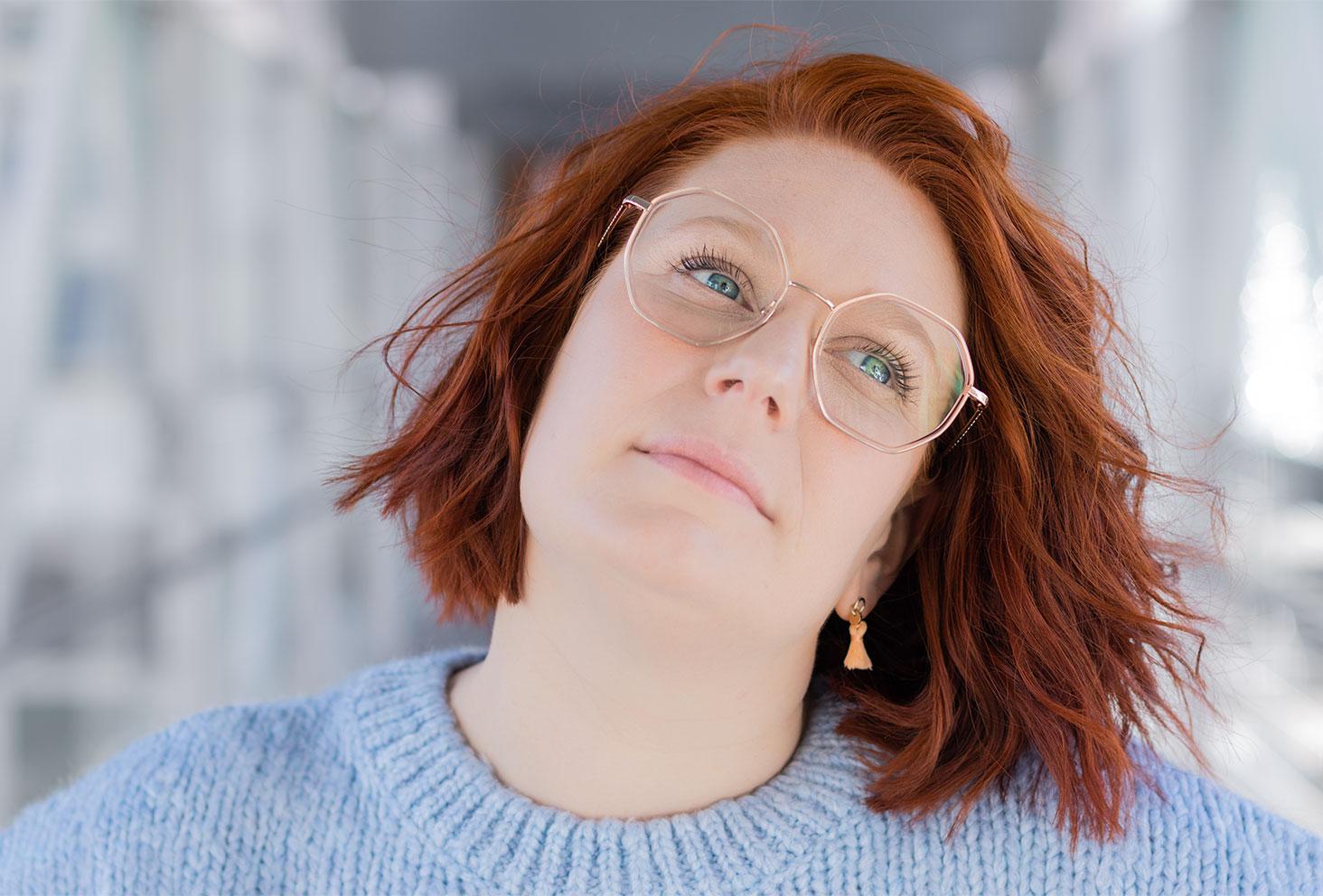 Portrait nostalgique et zoom sur les lunettes roses pastels hexagonales Optic 2000