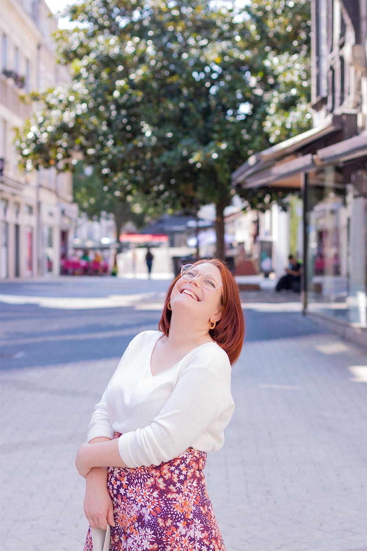 Dans la rue avec le sourire en pull blanc léger