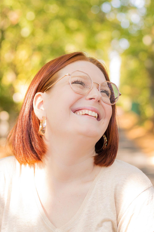 Portrait d''automne avec le sourire et des créoles dorées aux oreilles