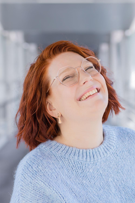 Portrait avec le sourire et zoom sur les minis boucles d'oreilles pompons roses