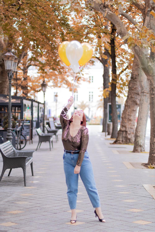 Shooting avec des ballons pour mon 19 ème anniversaire, en jean et paillettes, avec le sourire
