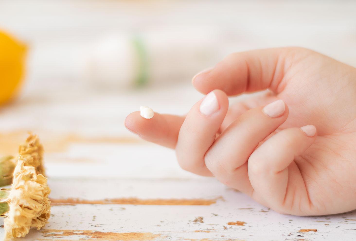 Zoom sur la texture crémeuse de la crème de jour Ren Clean Skincare posée sur le doigt