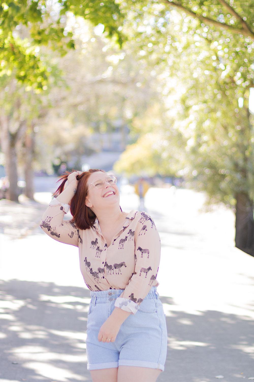 La chemise à motifs zèbre Bréal porté avec un short en jean durant l'été, sur les bords de Loire ensoleillés, avec le sourire et une main dans les cheveux