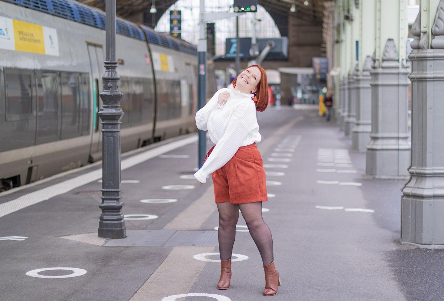 Dans la gare avec le sourire, en look de fêtes confortable pour terminer 2020