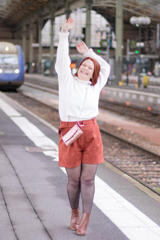 Les bras en l'air dans la gare, avec le sourire, pour fêter les 5 ans du blog