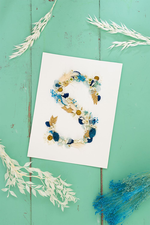 Un S en fleurs séchées réalisé à la main dans un DIY facile