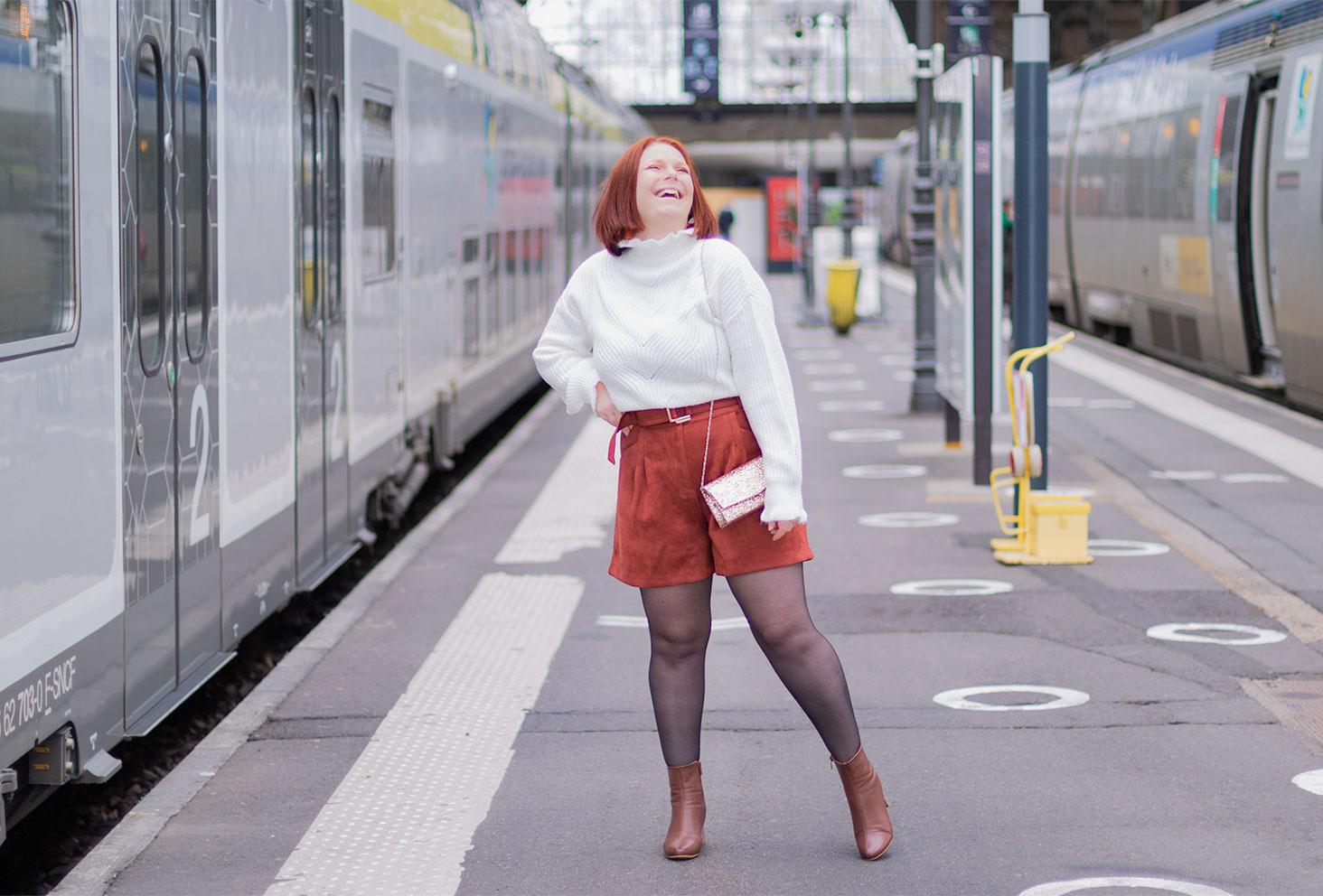 Pull blanc et short en velours, avec des paillettes, pour fêter la fin de l'année 2020