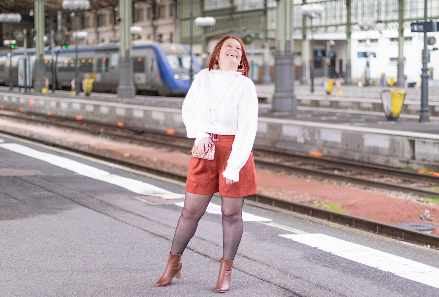 Au bord des quais de la gare, avec le sourire, en tenue de fêtes pour 2020
