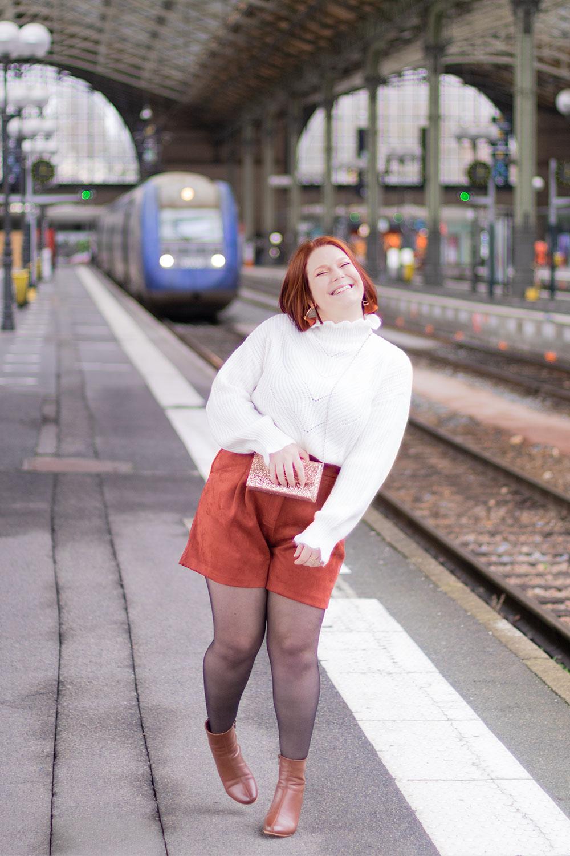 Au bord du quai de la gare, en look de fêtes à paillettes pour terminer 2020 avec le sourire