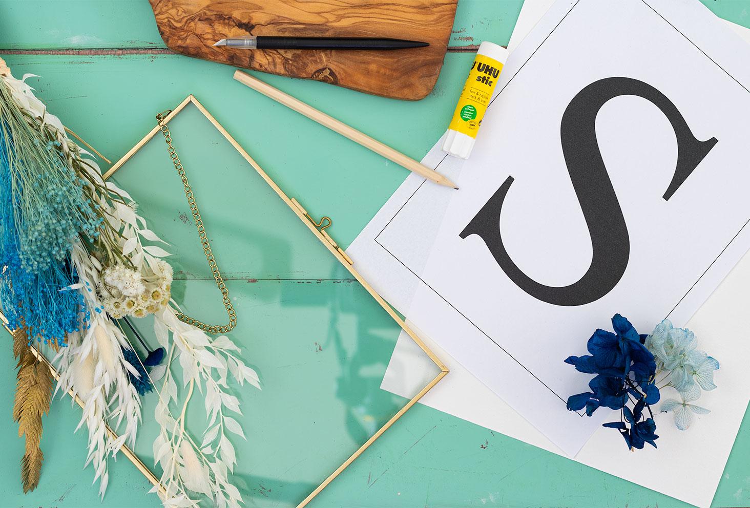 Les outils nécessaires à la réalisation du DIY facile le cadre de fleurs séchées