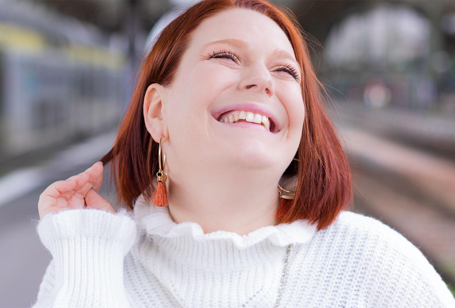 Portrait zoom avec le sourire à la gare de Tours pour les fêtes de fin d'année