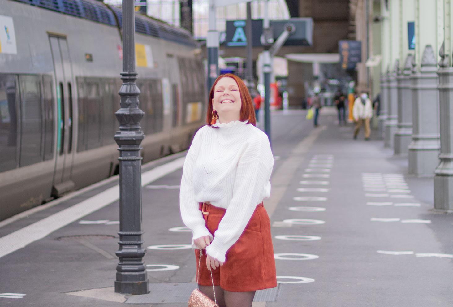 Dans la gare avec le sourire, dans un look cocooning, pour fêter les 5 ans du blog