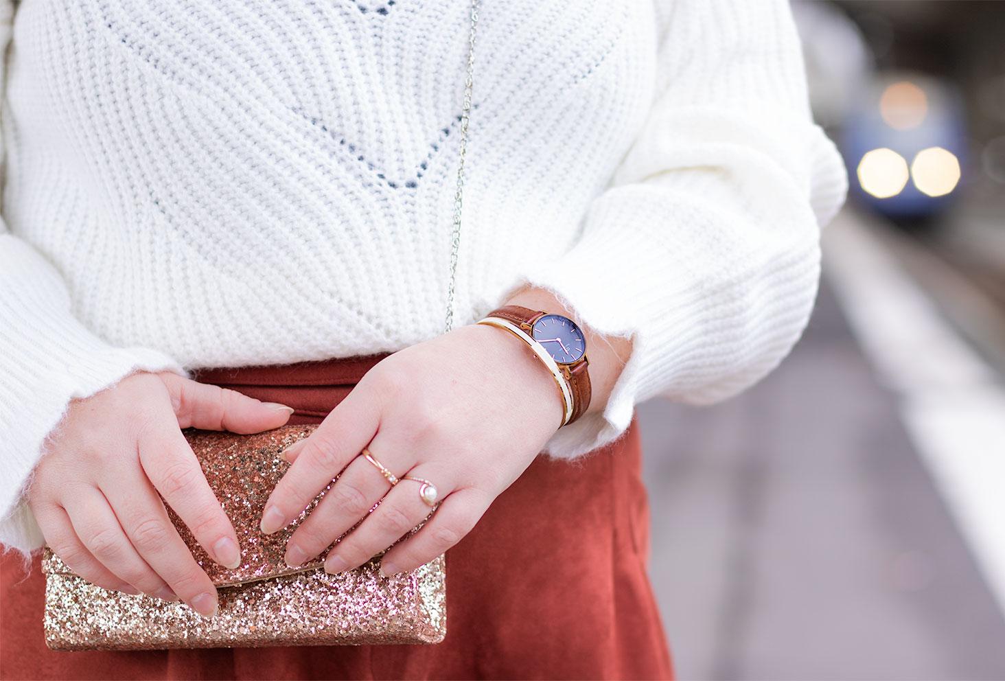 Zoom sur les bijoux doré et la montre marron portés dans le looks de fêtes 2020