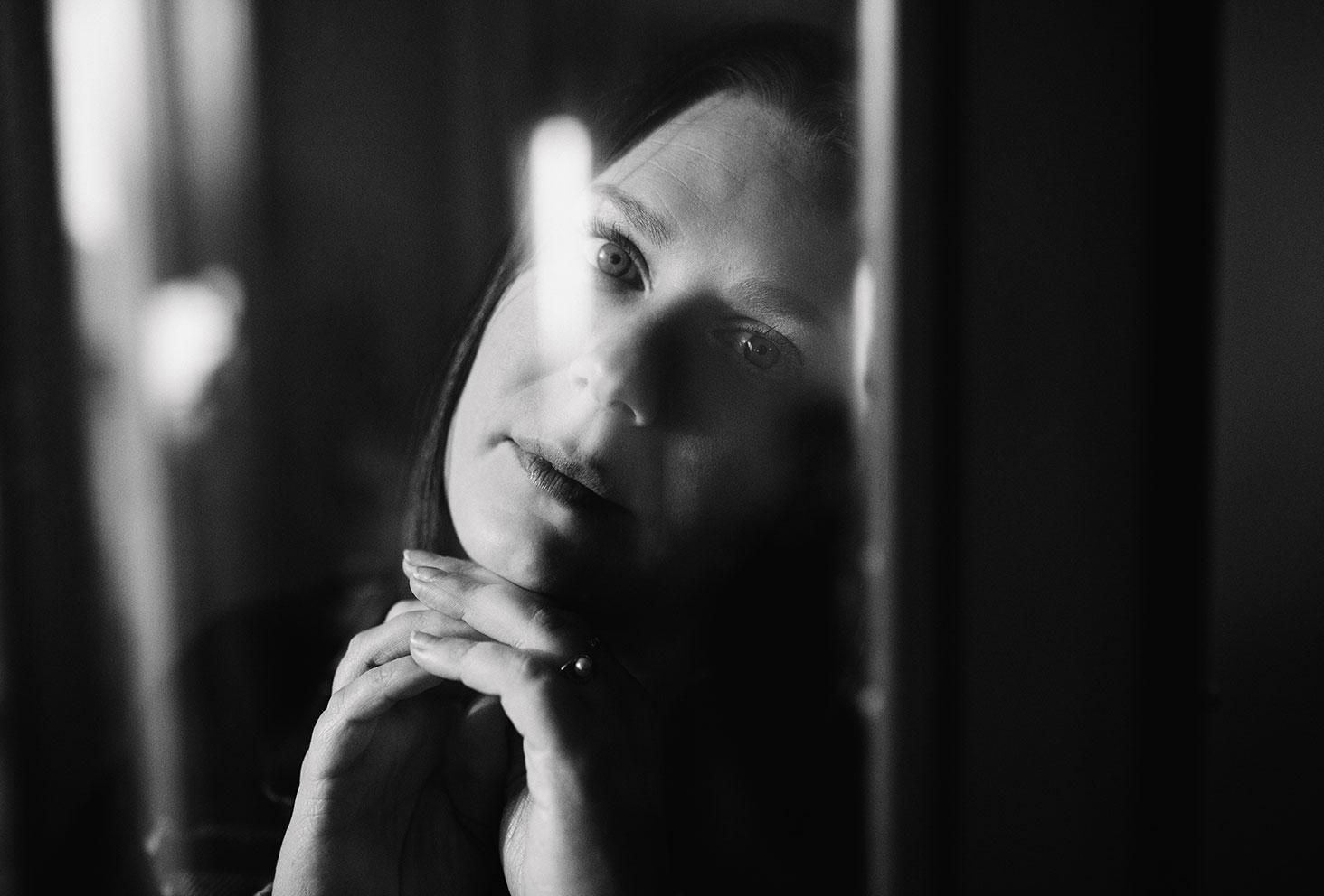 Photo nostalgique en noir et blanc derrière le carreaux d'une fenêtre