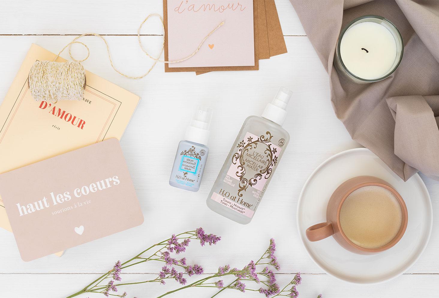 La gamme de produit bio H2bio de la marque H2O at Home, sur un fond blanc au milieu d'une ambiance lifestyle