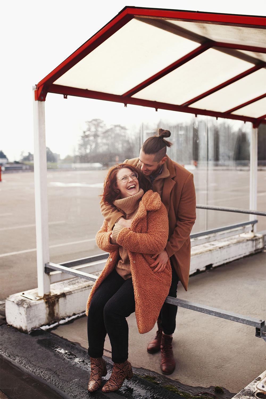 En amoureux sous un abris, au milieu d'un parking vide, pour des photos de Saint-Valentin