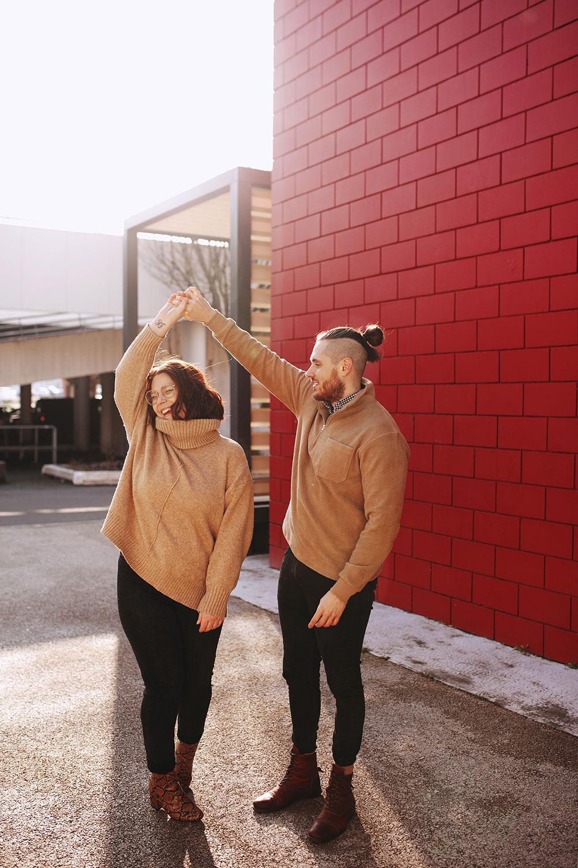 En train de danser en amoureux au milieu d'un parking lors d'un shooting de couple pour La Shooting Box