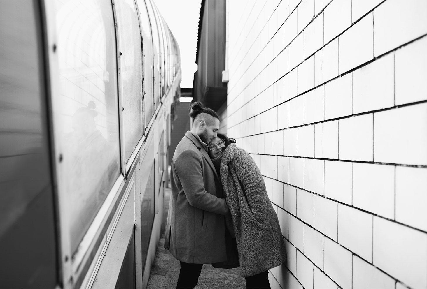 Dans un parking en amoureux, photographie de couple en noir et blanc pour la Saint Valentin