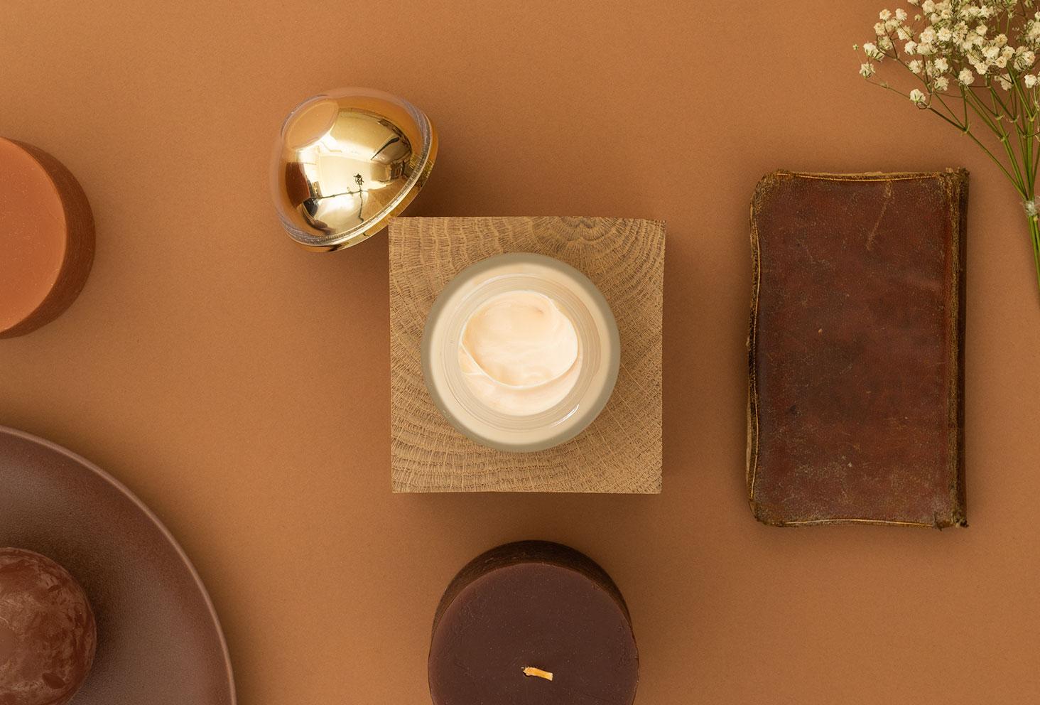 Zoom sur la texture de la crème précieuse Onagrine
