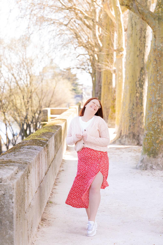 Sur les bords de Loire en jupe rouge fluide asymétrique La Halle, portée avec un gilet rose et une paire de baskets