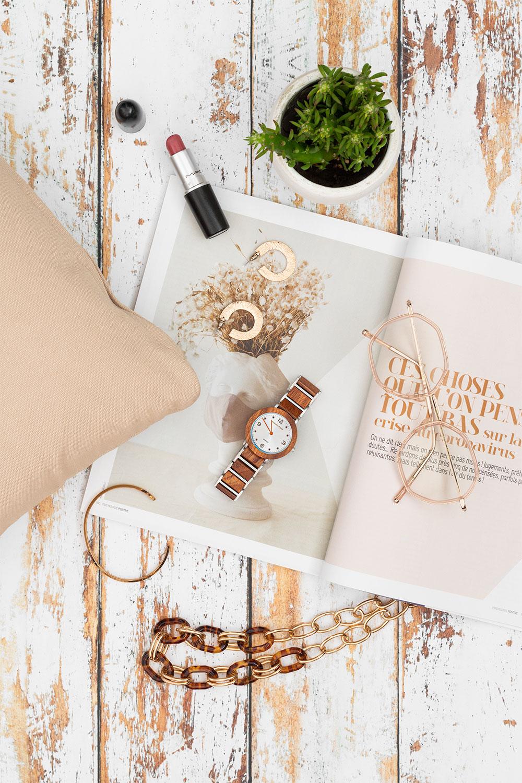Mise en avant de la montre en bois et en acier Anemone dans un doux décor lifestyle et féminin
