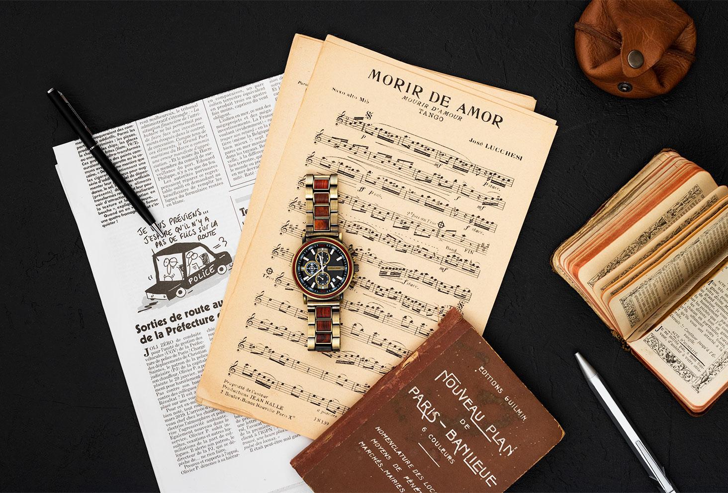 La montre en bois et en acier Ceiba de Nordic Wood dans un décor aventurier, masculin rêveur