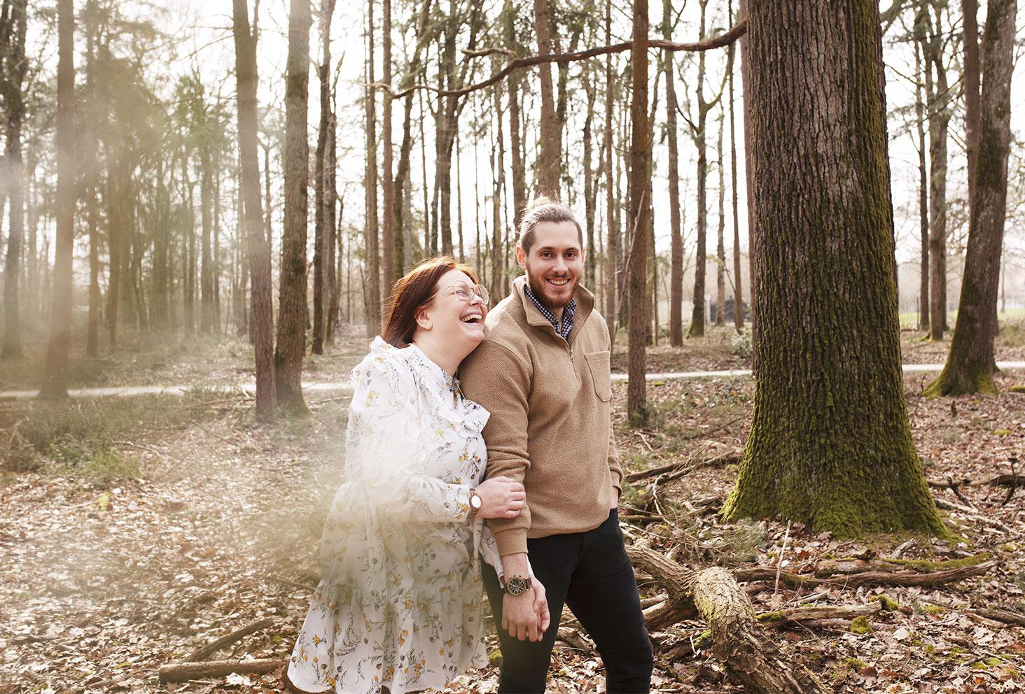 Les montres en bois Nordic Wood portées au milieu de la forêt en couple