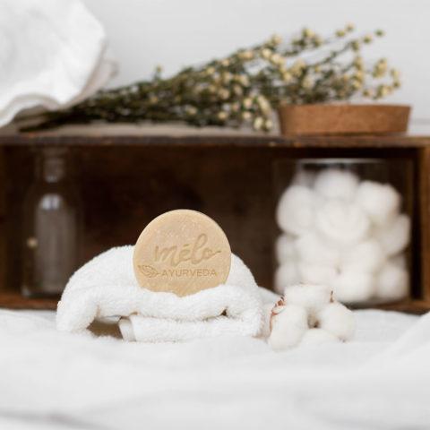 Le shampoing solide Mélo Ayurveda dans une salle de bain blanche et bois
