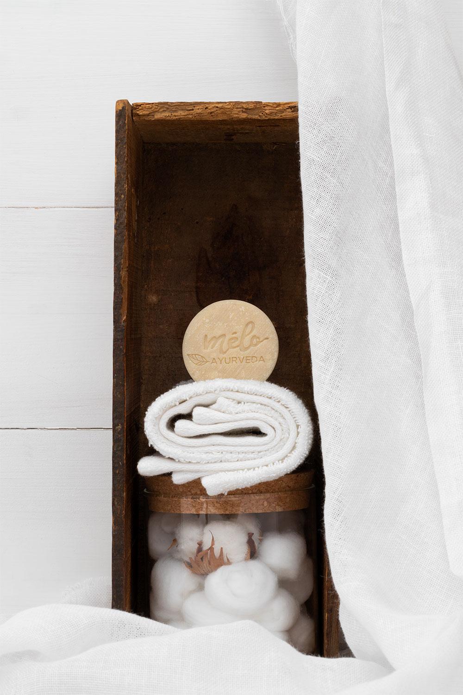 Le shampoing solide Mélo Ayurveda posé dans une salle de bain