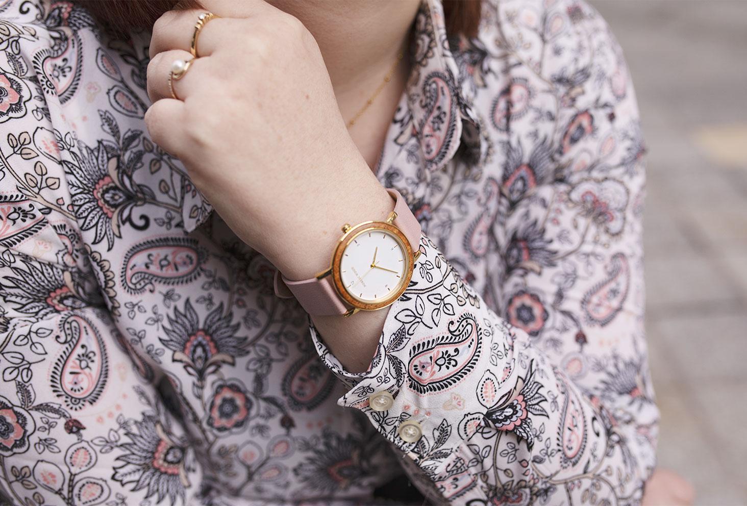 Zoom sur la montre en bois Pure Pink de la marque Nordic Wood portée avec une chemise à motifs roses et noirs
