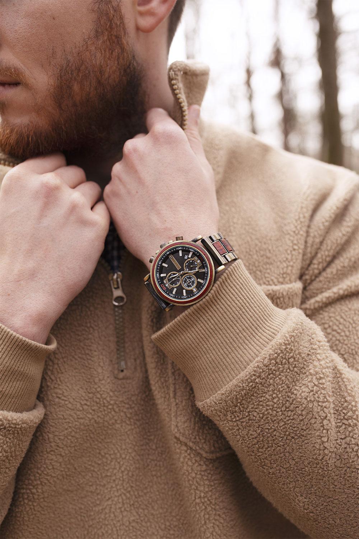 Zoom sur la montre en bois Ceiba de la marque Nordic Wood portée avec un pull camionneur beige