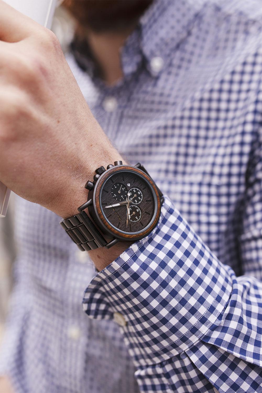 Zoom sur la montre en bois Nordic Wood Tangra pour homme, portée avec une chemise à carreaux