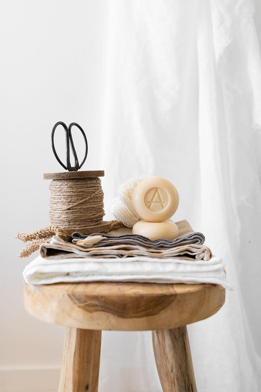 Tabouret en bois et salle de bain blanche pour mettre en avant le savon au lait de chèvre Soin Amalthée