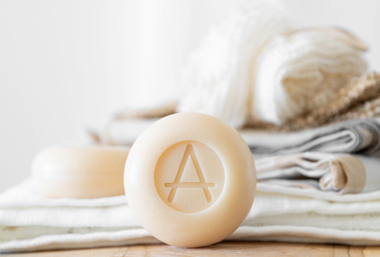 Zoom sur le savon rond et solide au lait de chèvre de la marque Soin Amalthée