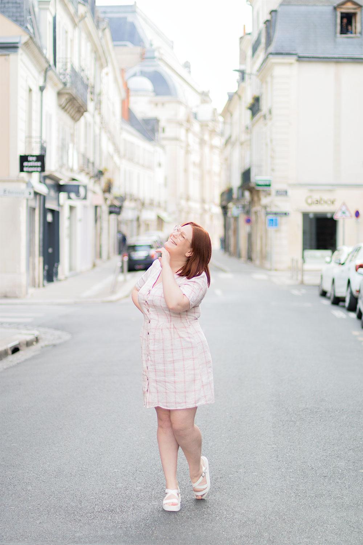 Imprimé carreaux sur une petite robe légère pour l'été