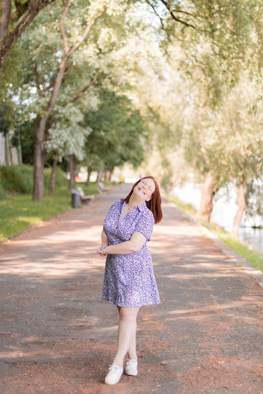 Imprimé fleuri sur une robe légère et fluide pour l'été
