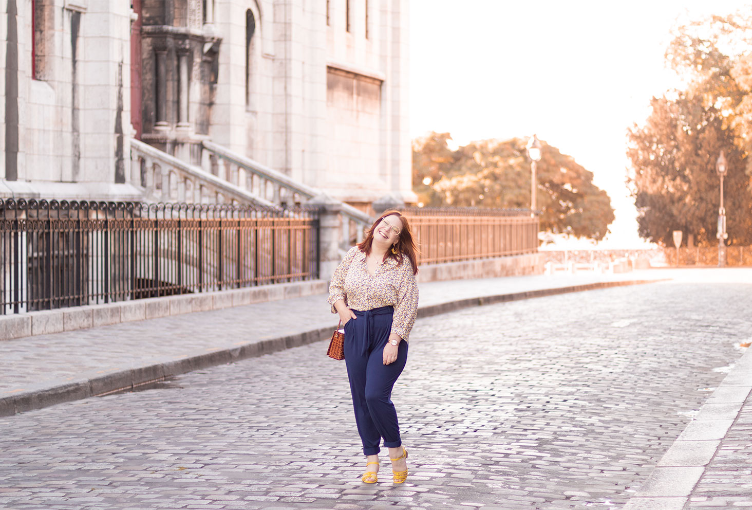 Devant le Sacré Coeur de Montmartre, en pantalon confortable Les Lunes, avec le sourire et une main dans la poche