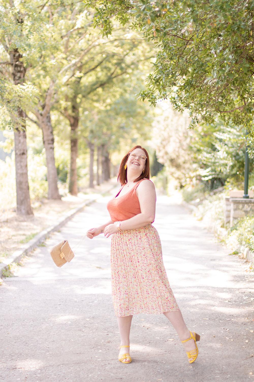 Jupe à fleurs, débardeur orange, sandales jaunes et pochette dorée pour la rentrée
