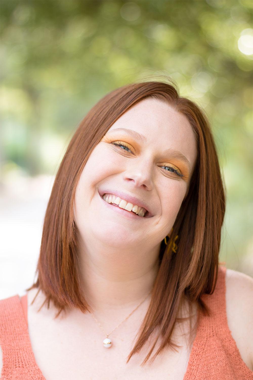 Zoom sur un make-up jaune et orange pour apporter de la couleur pour la rentrée