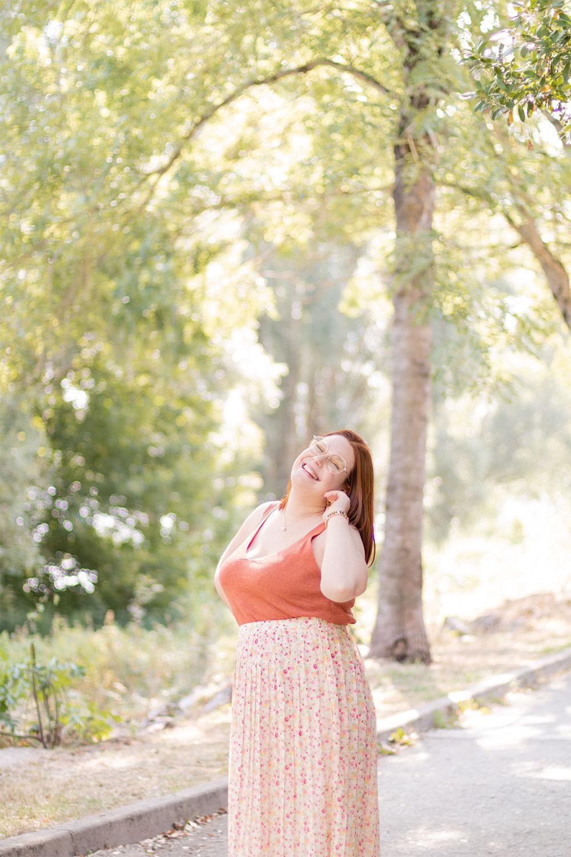 Tenue de rentrée douce et colorée avec un top orangé et une jupe fleurie
